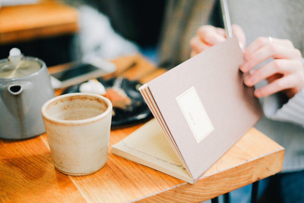 There are tons of benefits to journaling. Journaling is a great way to deal with a lot of issues in your life, and can be a fantastic tool to get to know yourself better. It's also a great way to improve your mental wellbeing and to make a positive impact on your life.